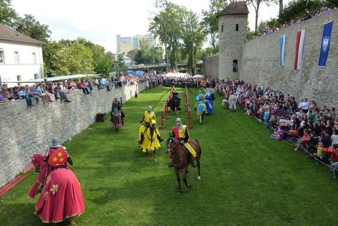 Ritterturnier und Stadtmauer
