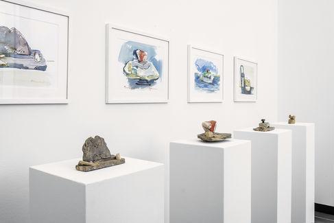 Raumaufnahme Objekte mit Aquarellen aus Peter Wörfels Welten - Einfach Mensch sein! Copyright Peter Leutsch